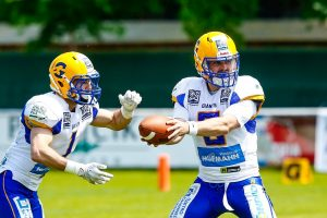 Giants QB #6 Jake Kennedy mit dem Hand-off zu RB #1 Alexander Sanz