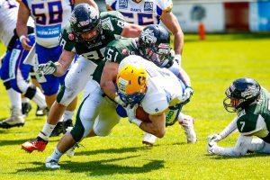 Dragons LB #51 JunJie Gao am Tackle