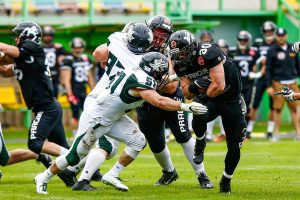 Dragons LB #51 JunJie Gao trifft auf Black Panthers RB #30 Herbert Gamboa